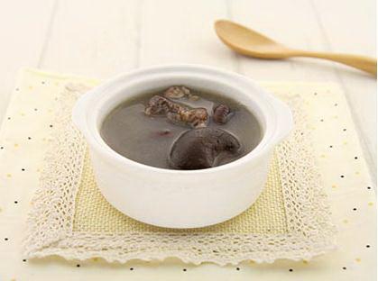 眉豆红枣冬菇汤做法1