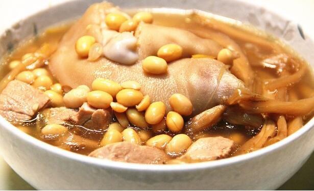 黄豆金针猪蹄汤