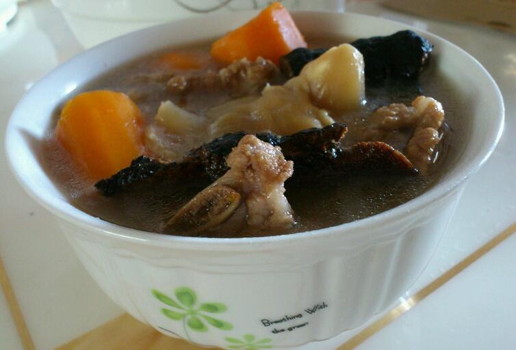 灵芝花胶炖汤